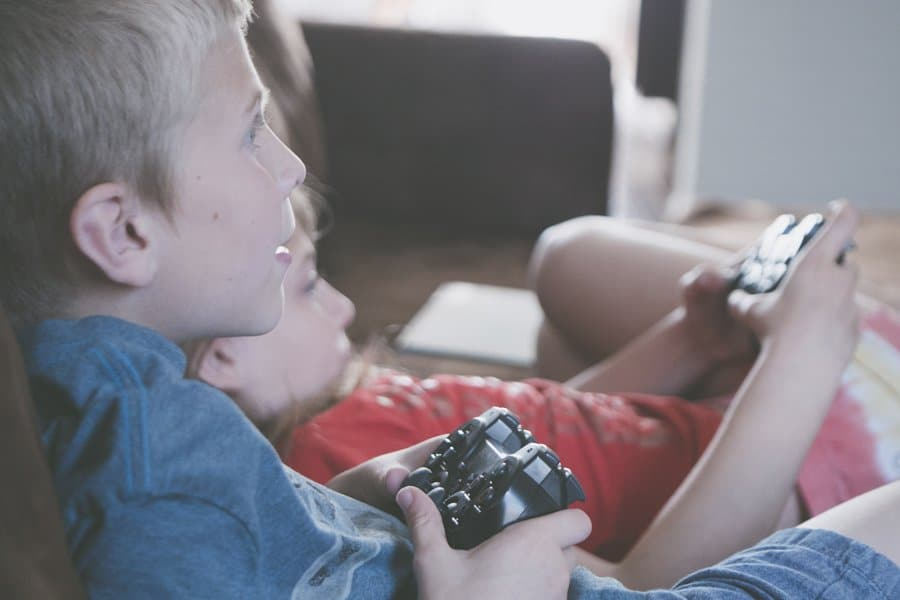 Niños jugando a la consola